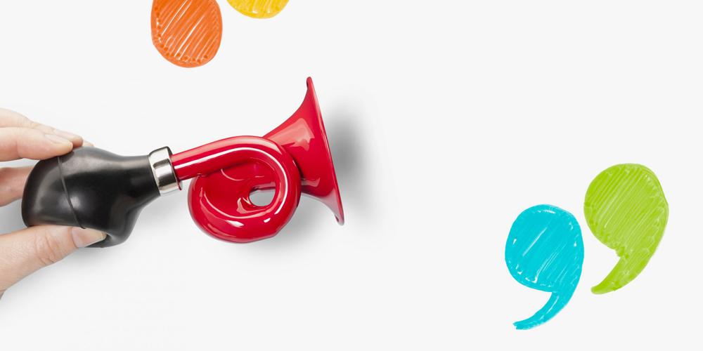 trompete noire et rouge entre des guillemets en couleur pour signifier un témoignage