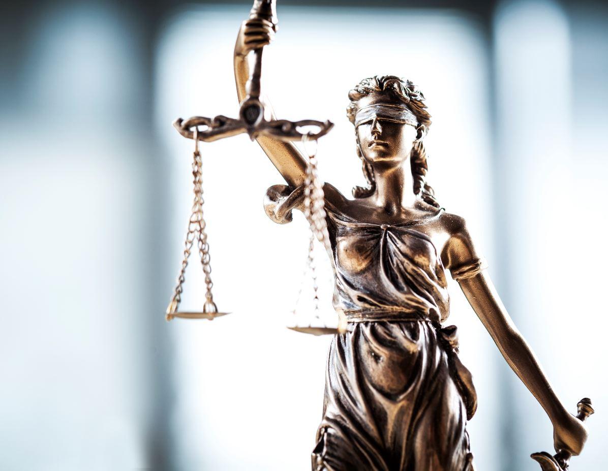 balancier de la justice tenue par la statut de la justice aveugle symbolisée par un bandeau
